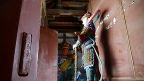 Het Chinese beeldhouwwerk van immortals Boeddhistische Vajra in gesneden stralen schilderde gebouwen, oude deur stock video