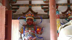 Het Chinese beeldhouwwerk van immortals Boeddhistische Vajra & zwangere Maitreya in gesneden stralen schilderden gebouwen, oude d stock footage