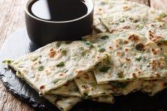 Het Chinese die voorgerecht braadde uipannekoeken met sausclose-up worden gediend op een raad op een lijst horizontaal stock foto's