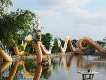Het Chinese draakstandbeeld rond de pool, Kunsten behandelt een combinatie van stijl China en Thailand uniek Royalty-vrije Stock Fotografie