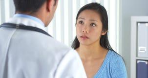 Het Chinese geduldige spreken aan arts over halspijn Stock Fotografie