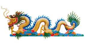 Het Chinese gouden draakstandbeeld isoleert op witte achtergrond Royalty-vrije Stock Fotografie