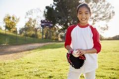 Het Chinese honkbal van de schoolmeisjeholding en mitt glimlachen royalty-vrije stock foto