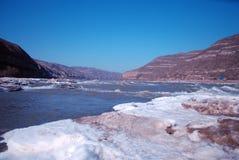 Het Chinese Hukou-Waterval bevriezen in de winter Royalty-vrije Stock Foto's