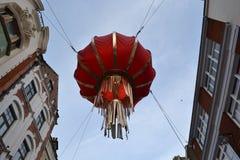 Het Chinese lantaarn hangen tussen gebouwen Royalty-vrije Stock Foto's