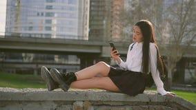 Het Chinese leuke meisje chating op celtelefoon Het wijfje neigt binnen waarschijnlijk stelt stock footage