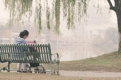 Het Chinese mamma neemt zorgbaby in baby carseat royalty-vrije stock foto's