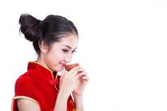 Het Chinese meisje drinkt een thee Royalty-vrije Stock Afbeelding