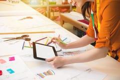 Het Chinese meisje schildert de schets met potlood stock afbeelding