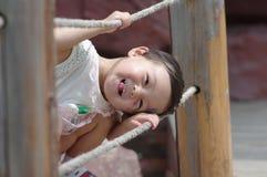 Het Chinese meisje spelen op een brug stock fotografie