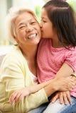 Het Chinese Ontspannen van de Grootmoeder en van de Kleindochter Royalty-vrije Stock Foto