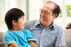 Het Chinese Ontspannen van de Grootvader en van de Kleinzoon Stock Fotografie