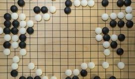 Het Chinese raadsspel gaat of Weiqi met exemplaarruimte voor titel stock foto