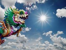 Het Chinese standbeeld van de Draak en zonnige hemel Royalty-vrije Stock Foto's