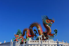 Het Chinese standbeeld van de stijl gouden draak Royalty-vrije Stock Afbeeldingen