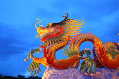 Het Chinese standbeeld van de stijl gouden draak Stock Fotografie