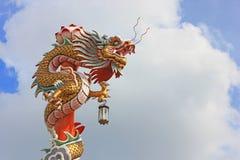 Het Chinese standbeeld van de stijldraak op de blauw hemel en cl Royalty-vrije Stock Afbeelding