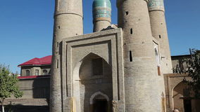 Is het Chor Minder belangrijke Klusje Minar, Chor-minderjarige een historische moskee in de historische stad van Boukhara, Oezbek stock video