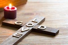 Is het christelijke houten kruis van Pasen met een inschrijvingsgod achtergrond van de liefde de abstracte godsdienst royalty-vrije stock afbeeldingen