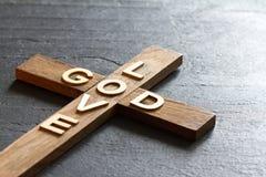 Is het christelijke houten kruis van Pasen met een inschrijvingsgod achtergrond van de liefde de abstracte godsdienst stock afbeelding