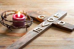 Is het christelijke houten kruis van Pasen met een inschrijvingsgod achtergrond van de liefde de abstracte godsdienst stock foto's