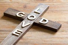 Is het christelijke houten kruis van Pasen met een inschrijvingsgod achtergrond van de liefde de abstracte godsdienst royalty-vrije stock foto's