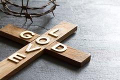 Is het christelijke houten kruis van Pasen met een inschrijvingsgod achtergrond van de liefde de abstracte godsdienst royalty-vrije stock fotografie