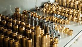 Het chroom en het messings de ellebogen van kleppent-stukken van het loodgieterswerkmateriaal royalty-vrije stock afbeelding