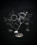 Het cijfer dat van het metaal een fiets berijdt Stock Foto