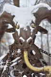 Het cijfer van bronssteenbok in de sneeuw stock afbeelding