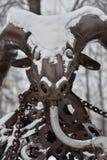 Het cijfer van bronssteenbok in de sneeuw royalty-vrije stock fotografie