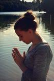 Het cijfer van de vrouw het bidden stock fotografie
