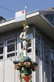 Het cijfer van een mens bovenop Fritschi-Fontein Stock Foto's