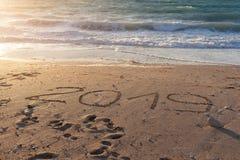 het cijfer van 2019 op mooie kust bij zonsondergang Stock Fotografie