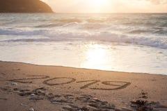 het cijfer van 2019 op mooie kustlijn bij zonsondergang Royalty-vrije Stock Afbeeldingen