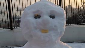 Het cijfer van sneeuw op de achtergrond van een metaalomheining stock footage