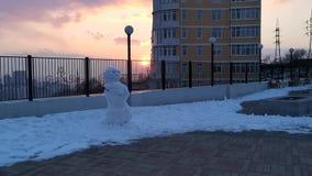 Het cijfer van sneeuw op de achtergrond van een metaalomheining stock videobeelden