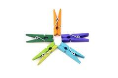 Het cijfer van verscheidene gekleurde linnenwasknijpers Stock Afbeeldingen
