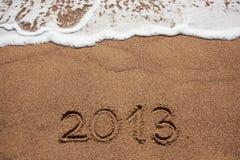 Het cijfer in 2013 werd geschreven op het overzeese zand Royalty-vrije Stock Afbeeldingen