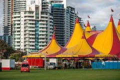 Het circus komt aan stad Stock Afbeeldingen