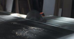 Het cirkel scherpe hout van de lijstzaag in timmermansworkshop stock videobeelden