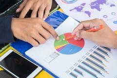 Het cirkeldiagram van de bedrijfsmensenaanraking Royalty-vrije Stock Afbeeldingen