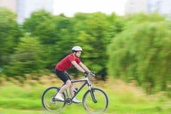Het cirkelen en Sportconcepten: Knap Kaukasisch Rider Having Bi Stock Fotografie