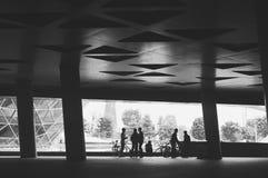 het cirkelen onder het gebouw Royalty-vrije Stock Afbeelding