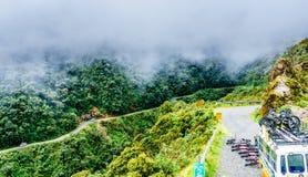 Het cirkelen op de doodsweg in Yungas ob Bolivië Stock Foto's