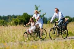 Het cirkelen van de familie in openlucht in de zomer Royalty-vrije Stock Afbeelding