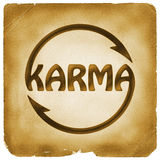Het cirkelen van Karma-woordsymbool op oud document Stock Afbeelding