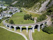 Het cirkelviaduct - de beroemde spoorwegbouw in de Zwitserse berg van Alpen, stock afbeeldingen