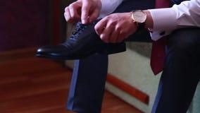 Het close-up, de bruidegom draagt modieuze schoenen bij het huwelijk stock footage