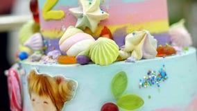 Het close-up, de verjaardagscake van kinderen, verfraaide met diverse delicatessen en eetbare beelden De partij van de kinderen`  stock video